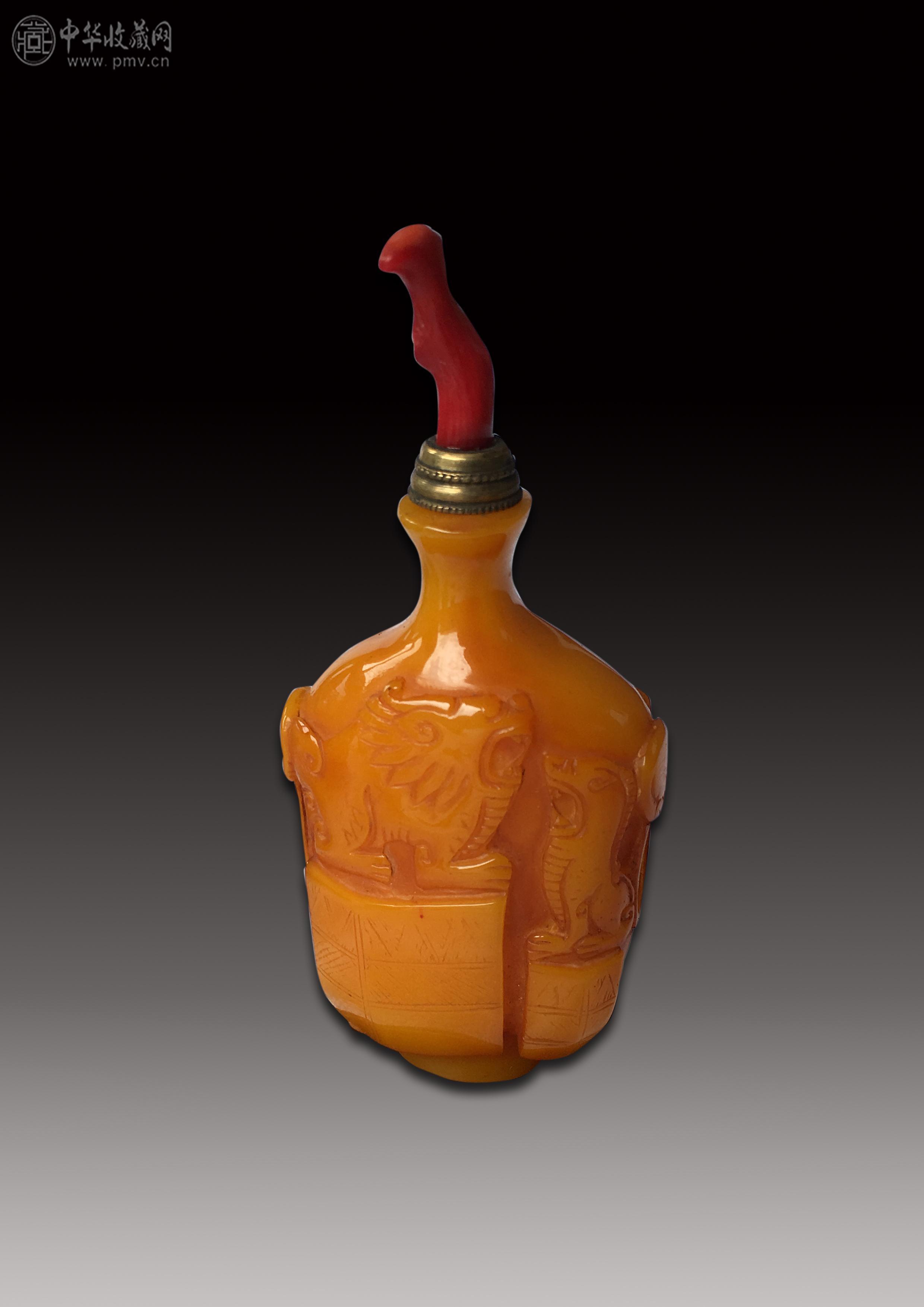 清代 鸡油黄料器双狮纹满工 鼻烟壶图片