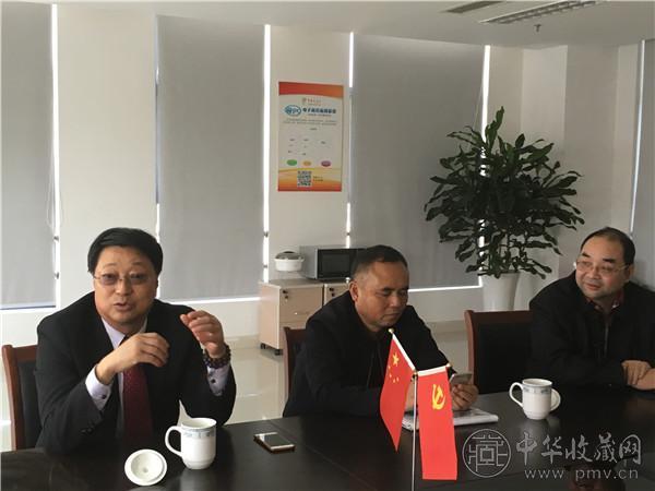 中国国际艺术品产权交易所董事局主席张海龙(左一).JPG