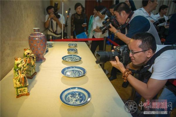 媒体记者正在拍摄十件海外文物