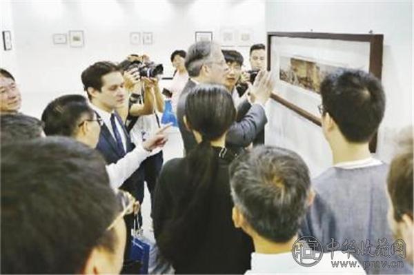 """2016年11月20日,时任法国驻华大使顾山观看影易时代举办的""""中国早期摄影名作收藏展"""" ,了解1850 - 1949年间来华的法国摄影名家。.jpg"""