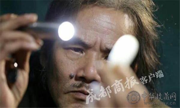 李强在强光灯下,认真检视长江玉.jpg