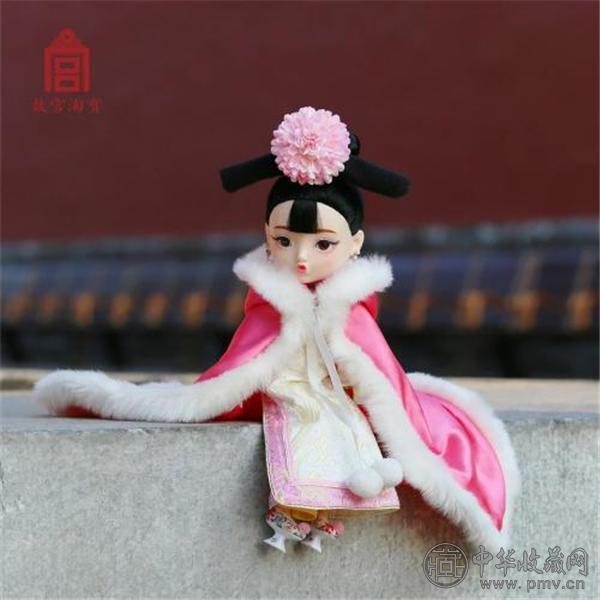 不过,俏格格娃娃也引发了网友的热议,不少网友将其与美国的芭比娃娃相比较,认为前者更有中国特色,也很可爱,但也有网友不理解俏格格娃娃嘟嘴的造型,并认为价格过高。 近年来,近600岁的故宫推出众多文化创意产品,包括印着各种宫殿牌匾的冰箱贴、华美的纸胶带、雍正御批的折扇不少产品都成为了网红。