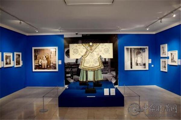 展厅里展出的服饰和照片.jpg