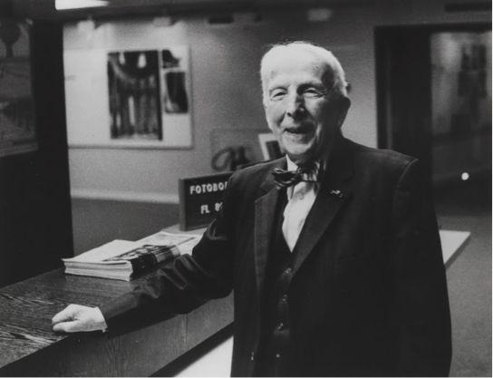 文森特·梵高在梵高博物馆咨询台前,1976