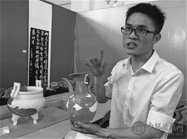 杨磊在介绍文物修复.jpg