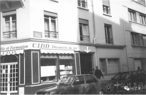 """""""沙坑街""""为常玉生前的画室兼寓所,图中箭头所指为常玉寓所入口处,他住在一楼。瓦斯中毒时,他就住在这里。1992年林天民拍摄于巴黎.jpg"""