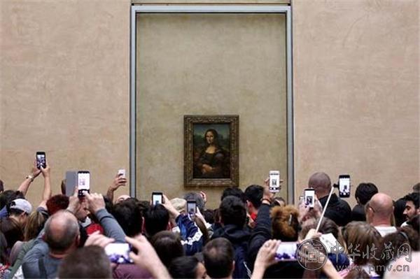 法国卢浮宫《蒙娜丽莎》前举着手机拍摄的观众.jpg