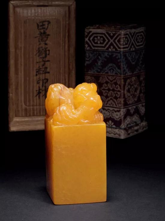 清中期 田黄双狮纽印材   6.8×2.8×2.8cm W:119.5g   成交价:RMB 4,657,500