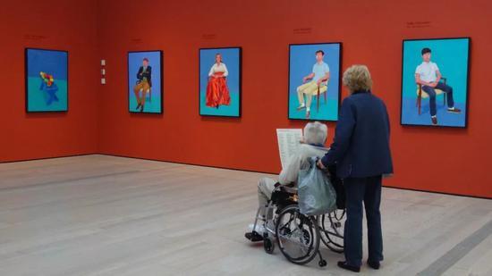 """大卫·霍克尼大展""""82 Portraits and 1 Still-life""""展览现场"""