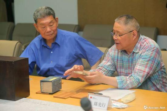 上海图书馆陈先行先生(右)