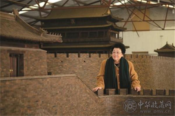 """陈丽华女士和她心爱的""""老北京城门""""。中国紫檀博物馆供图.jpg"""