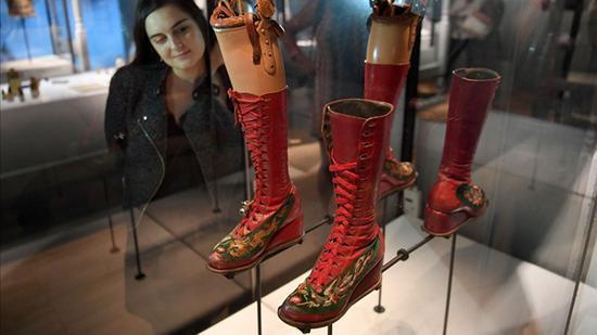 在伦敦V&A展出的卡罗的假肢和靴子
