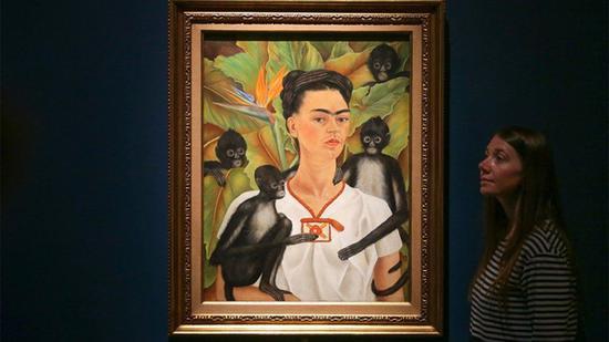 在伦敦V&A展出的卡罗的画作:自画像与猴子