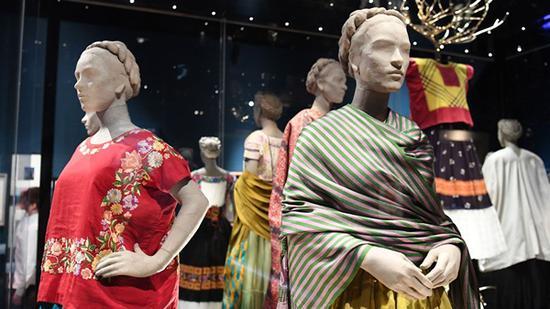 在伦敦V&A展出的卡罗的外衣,有的上面还有作画时留下的颜料印记