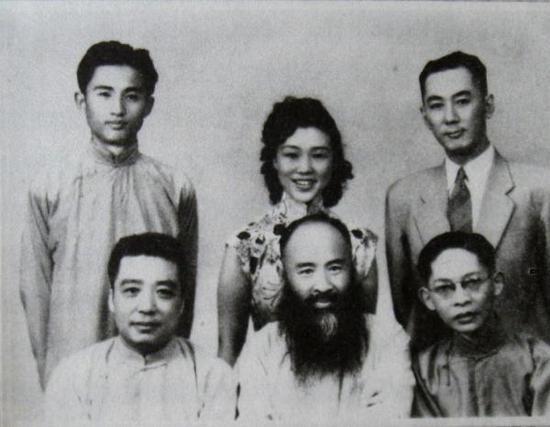 谢稚柳(前排左一)年轻时与张大千(前排左二)等
