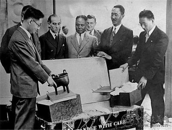 参加中国艺术英伦国际展览会的文物到达英国皇家艺术学院开箱的情形.jpg