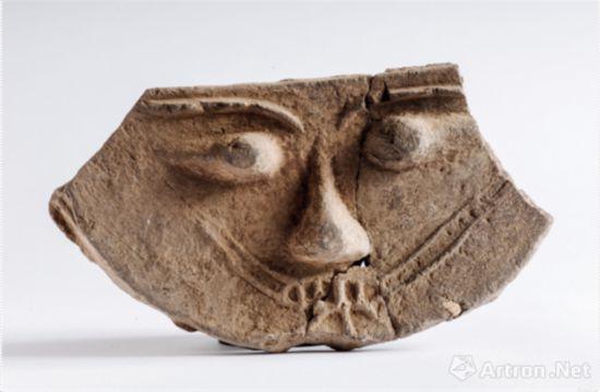 人面纹陶构件 高15.7、残宽28.8、厚2.4 厘米 三燕(337~ 436 年)