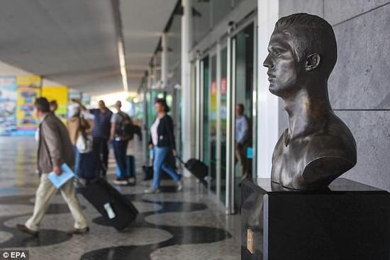 然而,没想到的是!C罗一打十一战平西班牙后,网友们竟又要求换回原雕塑。