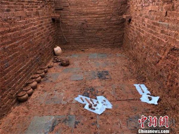 过两天发掘,古墓陆续出土文物23件.jpg