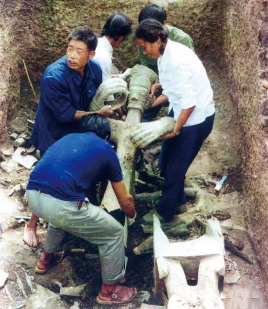 考古人员发掘青铜立人像场景