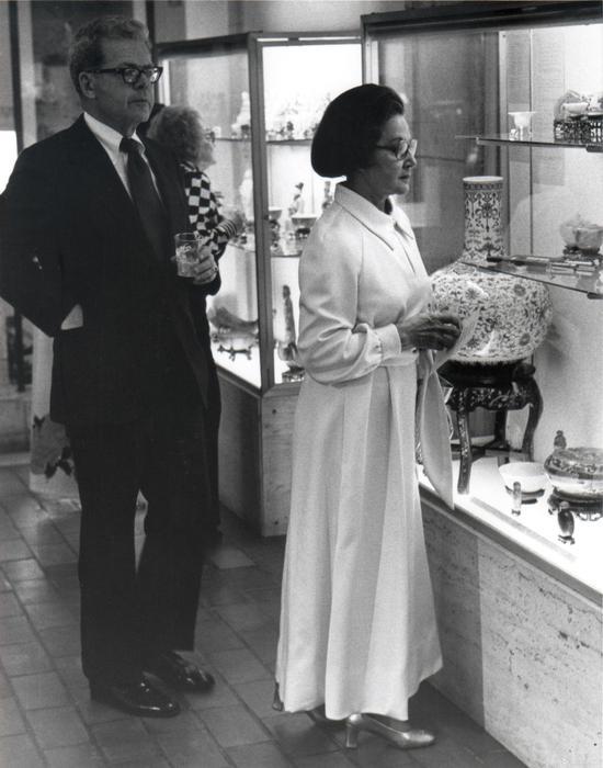 费布克美术馆于1978年展出天球瓶,摄影师不详