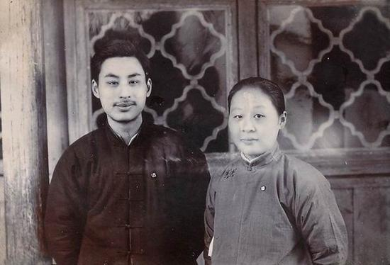 叶圣陶与夫人胡墨林摄于甪直,1919年