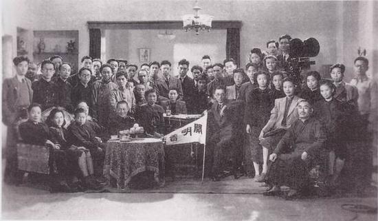 上海开明书店同仁参观联华影院时合影(前右者为叶圣陶),1946年