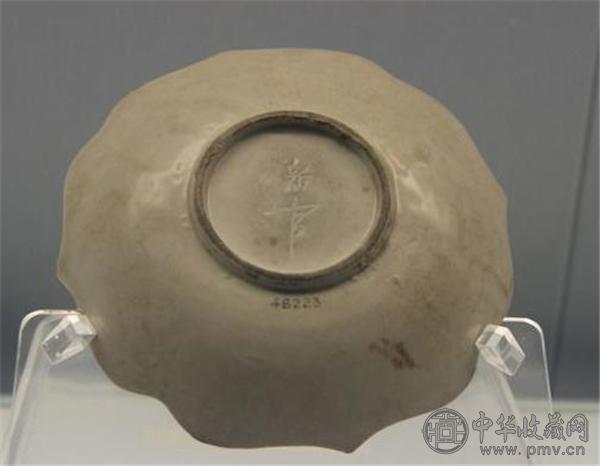 """定窑白釉""""新官""""款菱口盘 上海博物馆.jpg"""
