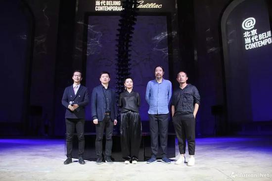 出席开幕现场的嘉宾合影:左起:尤洋、凯迪拉克品牌总监刘震、艺术家周力、鲍栋、艺术家王郁洋
