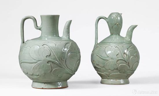 左:元 青釉浮雕剔刻花卉纹执壶成交价:241.5万元