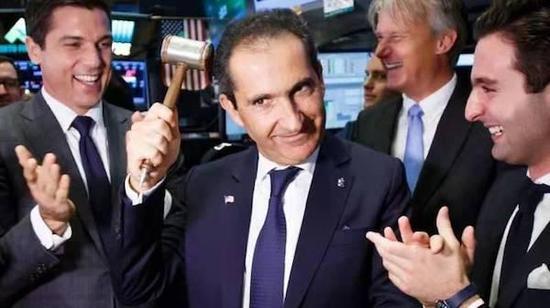 帕特里克·德拉希(中)以37亿美元买下苏富比。