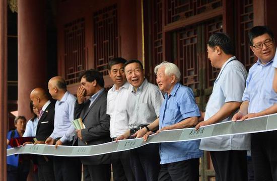 三任院长郑欣淼、单霁翔和王旭东和97岁的陶瓷专家耿宝昌等为展览揭幕。