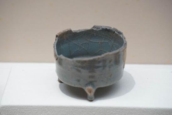 龙泉窑黑胎青釉筒式炉