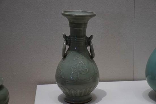 元代 龙泉窑烧制的挂耳瓶 与画中相仿
