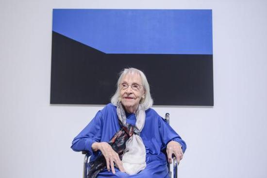 2016年,赫雷拉在自己1975年的作品《蓝色星期一》前