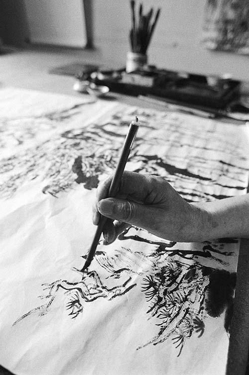 作画时的陆俨少陆老很少用大笔画,都是用小笔画,小笔画大画。