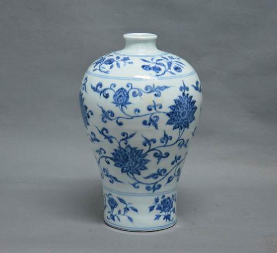 青花缠枝花纹梅瓶 明(1368-1644) 江西省博物馆藏