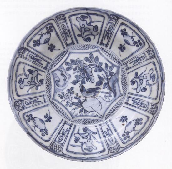 青花八开光花鸟纹盘 明(1368—1644)江西省博物馆藏
