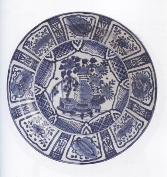青花芙蓉手花盆纹盘,1660-1680日本有田窑 大阪市立东洋陶瓷美术馆藏