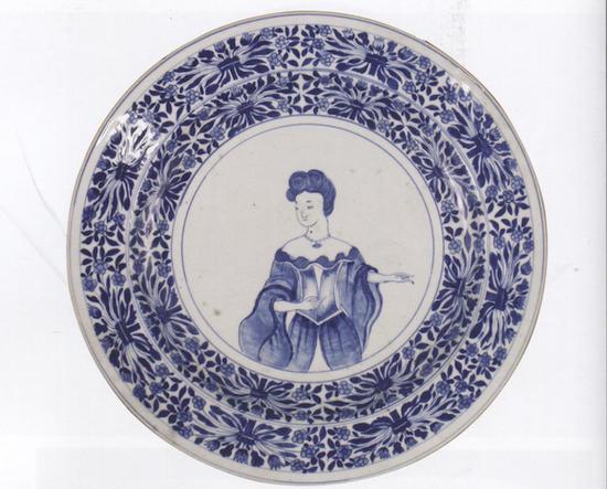 青花仕女盘,清乾隆(1736-1795) 江西省博物馆藏