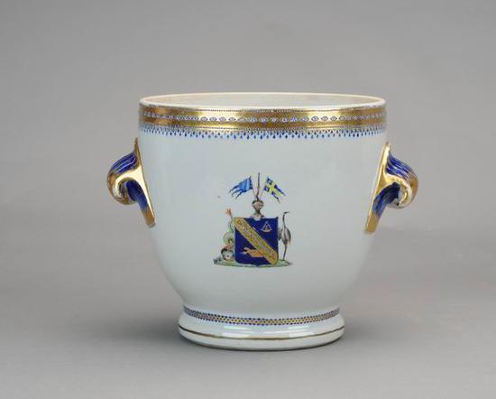 广彩章双耳冰酒桶,清乾隆(1736-1795) 广州博物馆藏