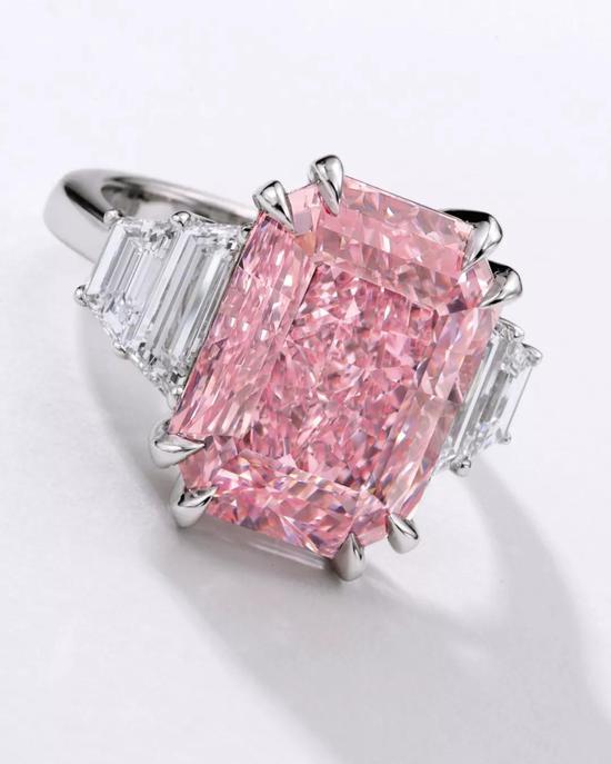 10.64卡拉艳彩紫粉红色、内部无瑕钻石,配钻石戒指
