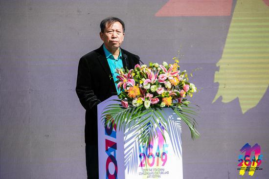 宋庄文化艺术节艺术家代表、宋庄国画院副院长靳文艺在开幕式上发言