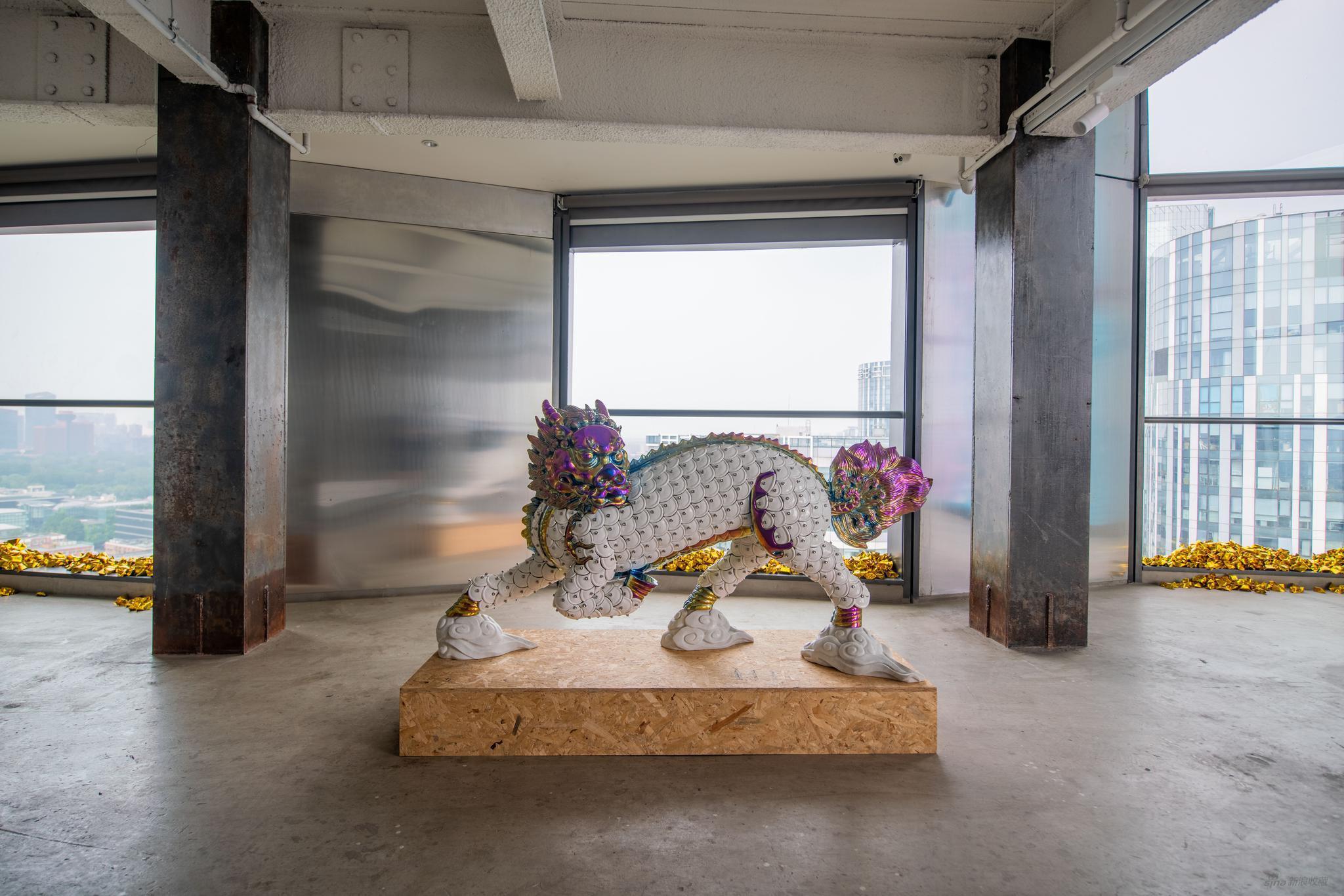 吴达新,《麒麟》,2020,不锈钢、陶瓷、汉白玉 正身 195×90×44 cm