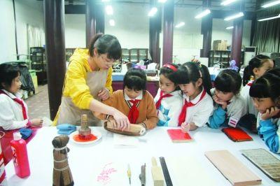 孩子们跟随成都杜甫草堂古籍修复师宋鑫学习传拓技艺。